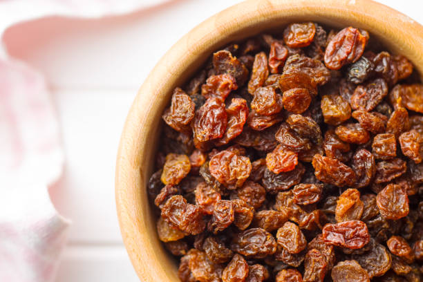 süße rosinen getrocknet - grape sugar stock-fotos und bilder