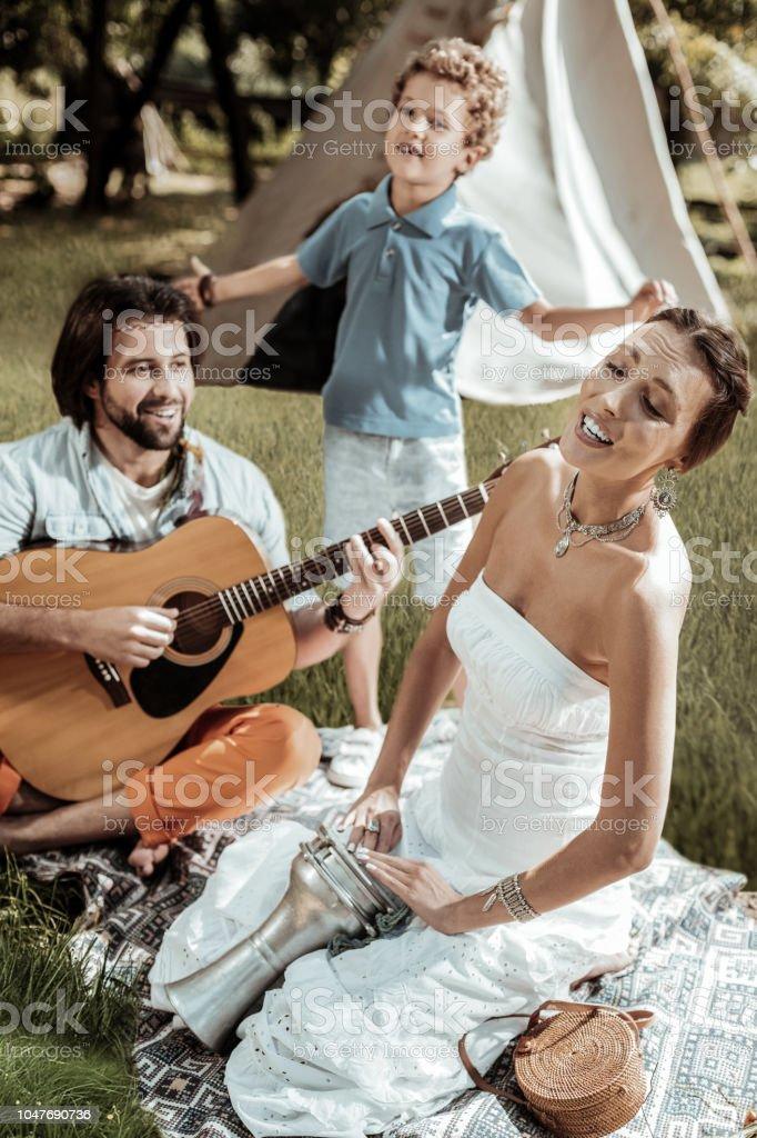 Doce família de hippies se divertindo juntos - foto de acervo
