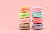 甘いフランスのマカロン ケーキ (マカロン) ヴィンテージ パステル トーンの色。