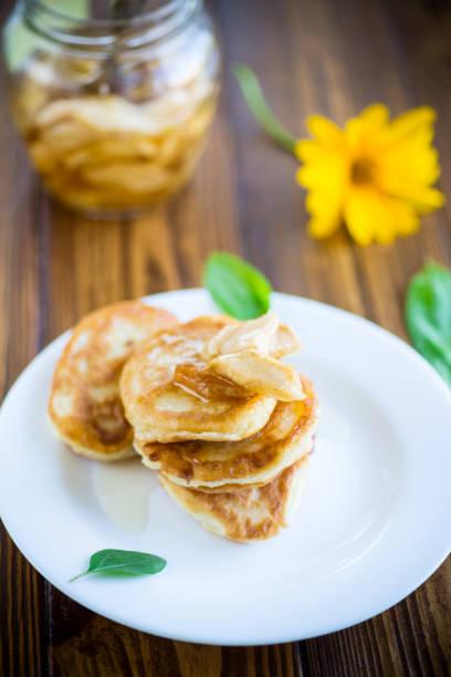 甜炸炒炒與蘋果果醬在盤子裡圖像檔