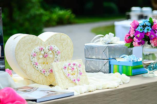 süße geschenk-box herzform auf tisch für eine hochzeit. - tischdeko goldene hochzeit stock-fotos und bilder