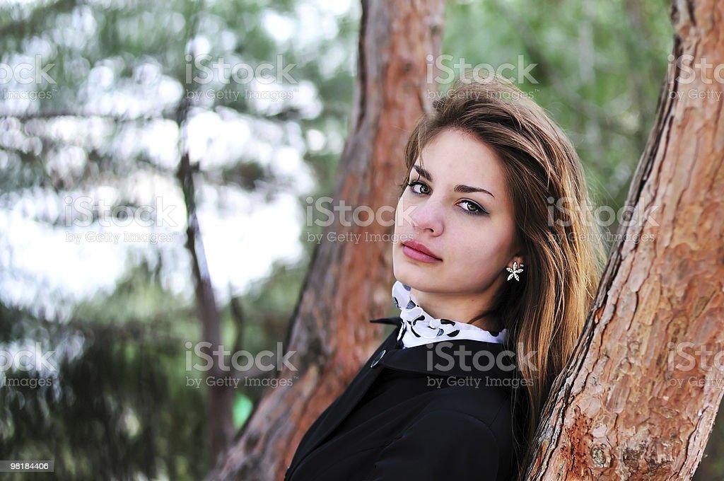 Dolce ragazza vicino all'albero foto stock royalty-free