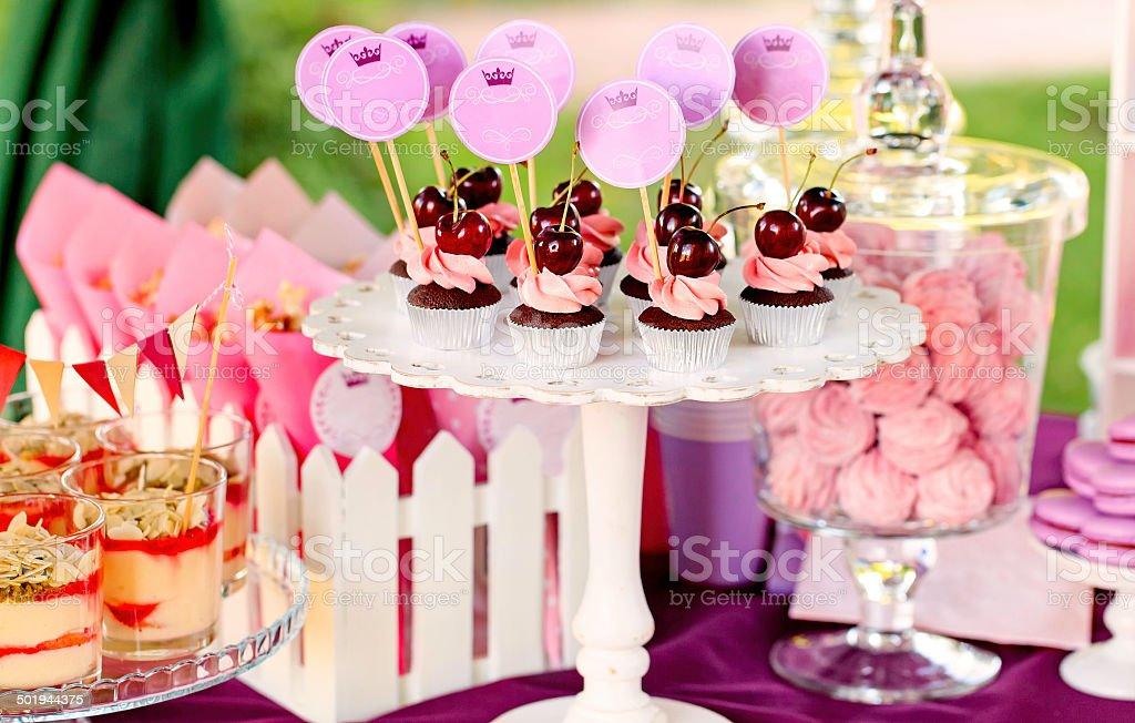 Nordischer buffet mit cupcakes und tiramisu Gläser – Foto