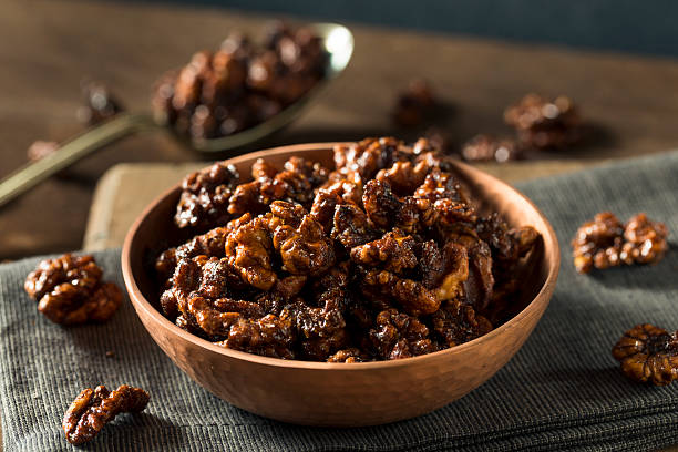 sweet homemade candied walnuts - aliment confit photos et images de collection