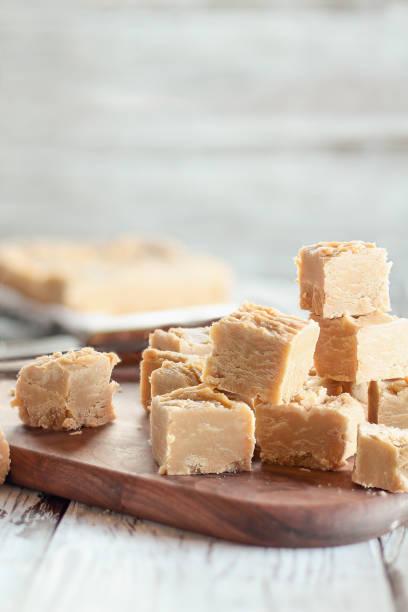 zoete zelfgemaakte pindakaas fudge candy - fudge stockfoto's en -beelden