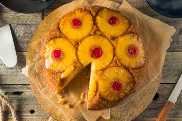 sweet homemade pineapple upside down cake - ananaskuchen stock-fotos und bilder