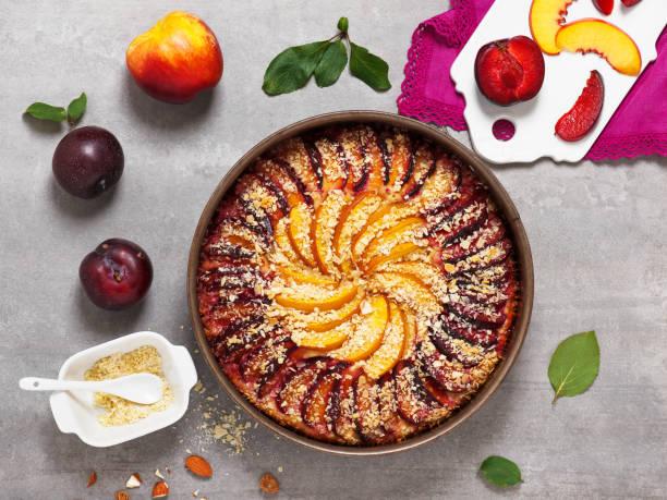 süße pflaumen und nektarinen kuchen mit schlagsahne. - crumble deutsch stock-fotos und bilder