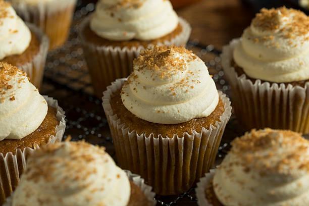 sweet homemade pumpkin spice cupcakes - vanille muffins stock-fotos und bilder