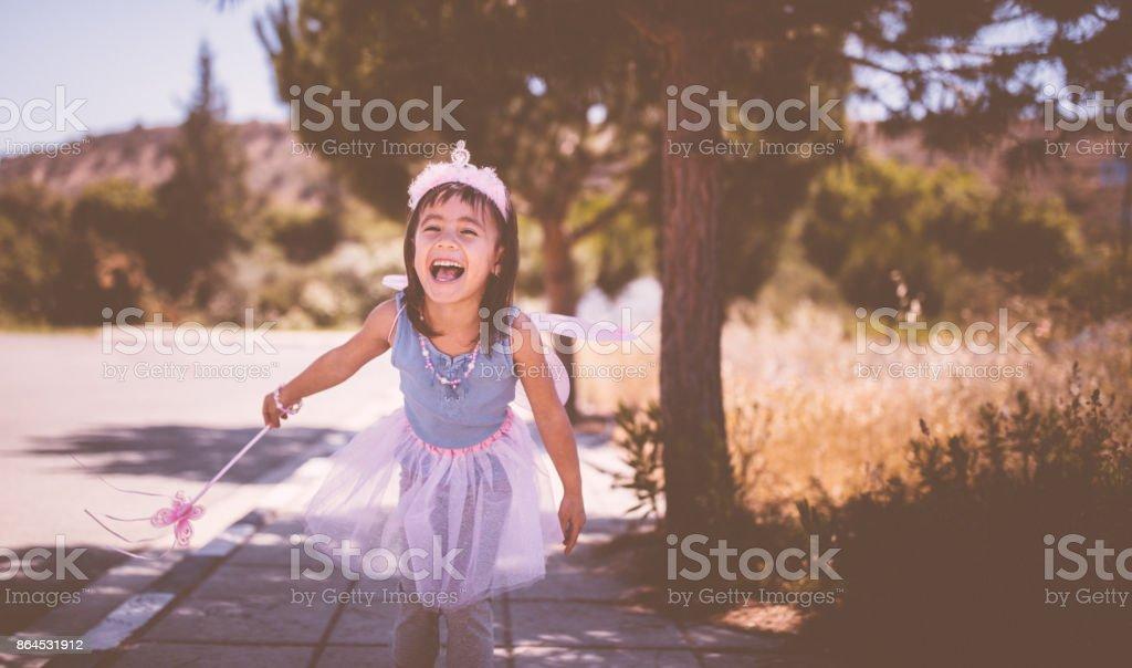 Douce petite fille asiatique s'amuser en plein air en costume de reine fée - Photo