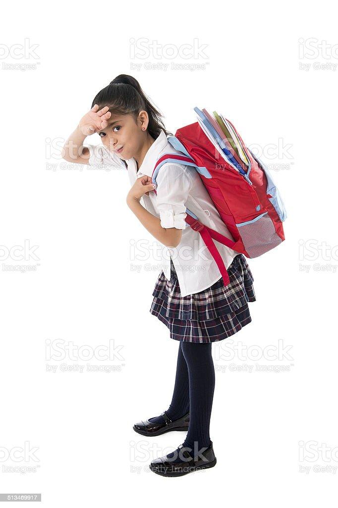 Menina doce Carregando muito pesada mochila ou schoolbag completo - foto de acervo