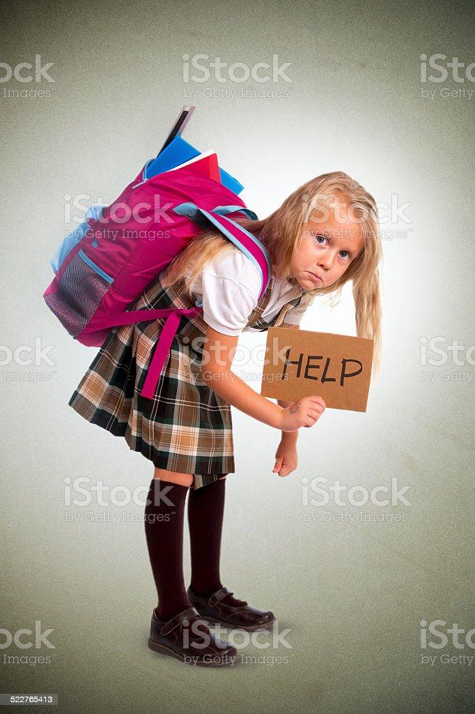 Niedliche kleine Mädchen tragen sehr schweren Rucksack oder Print mit Schultasche mit Lizenzfreies stock-foto
