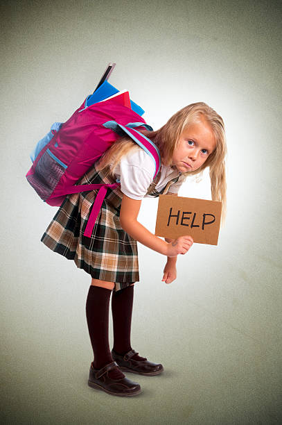 niedliche kleine mädchen tragen sehr schweren rucksack oder print mit schultasche mit - liebeskind umhängetasche stock-fotos und bilder