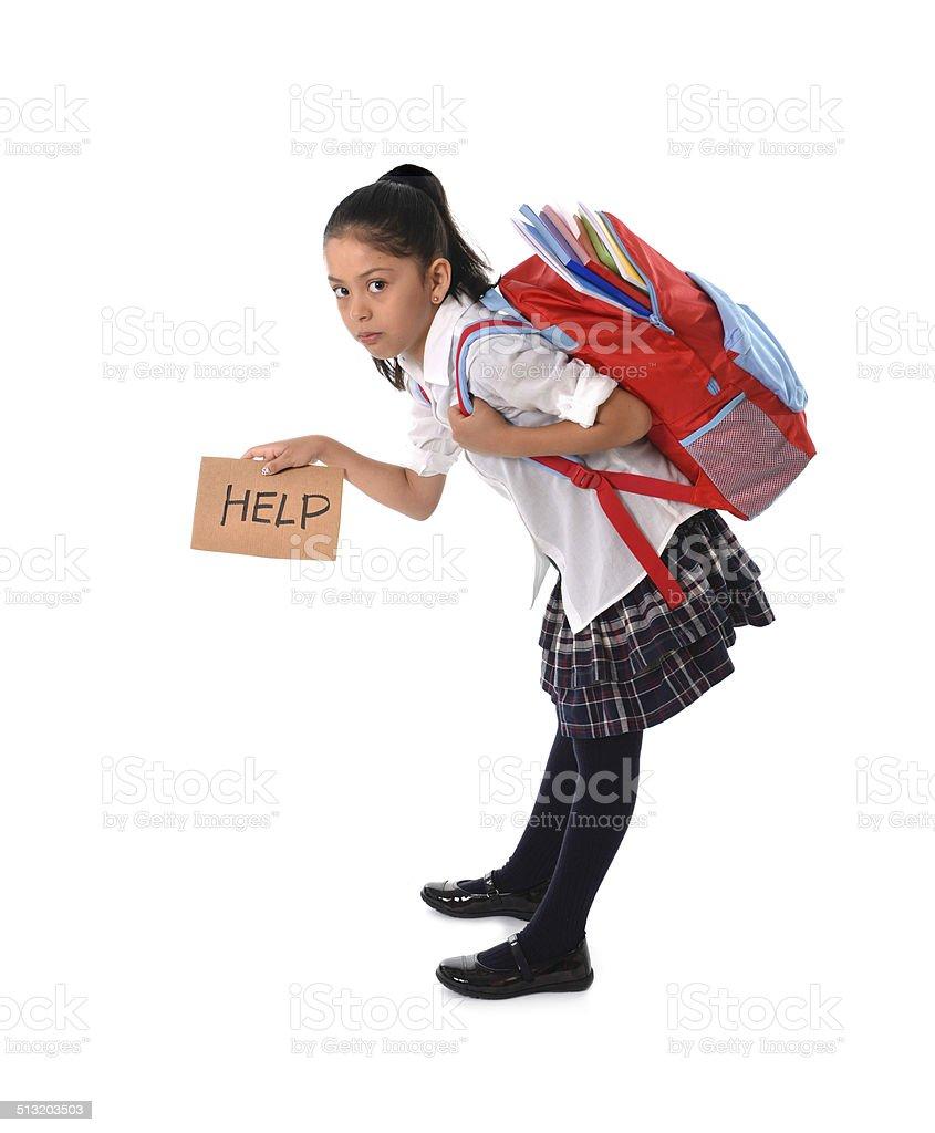 Menina doce Carregando muito pesada mochila escola bolsa cheia - foto de acervo