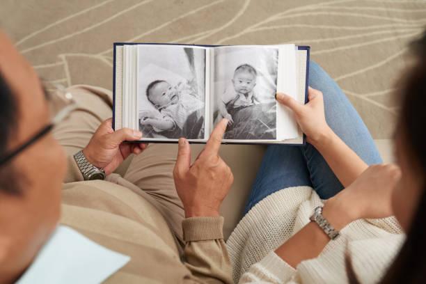 zoete herinneringen uit de kindertijd - senior fotoboek stockfoto's en -beelden