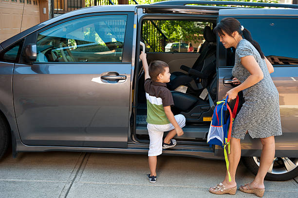 Sweet Minivan Action fam'ly minivan / mother helps boy to enter / the swagger wagon entering stock pictures, royalty-free photos & images