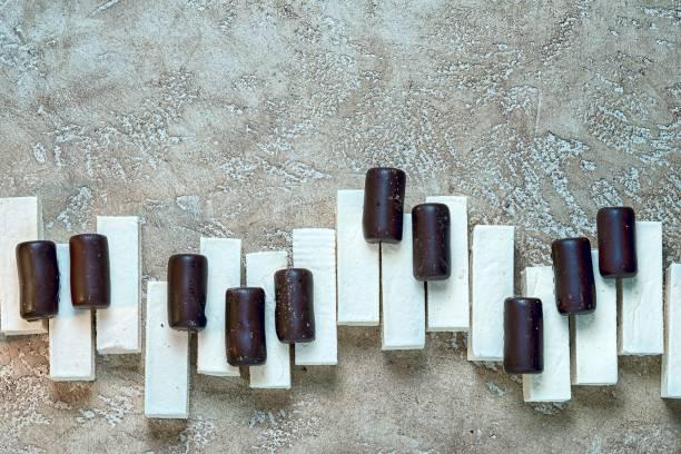 sweet music concept - musik kuchen stock-fotos und bilder