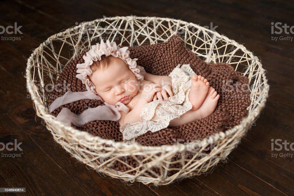 Canasta De Recien Nacido.Dulce Bebe Recien Nacido Duerme En La Canasta Fondo Marron