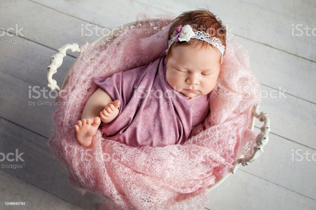 Canasta De Recien Nacido.Dulce Bebe Recien Nacido Duerme En La Canasta Foto De Stock