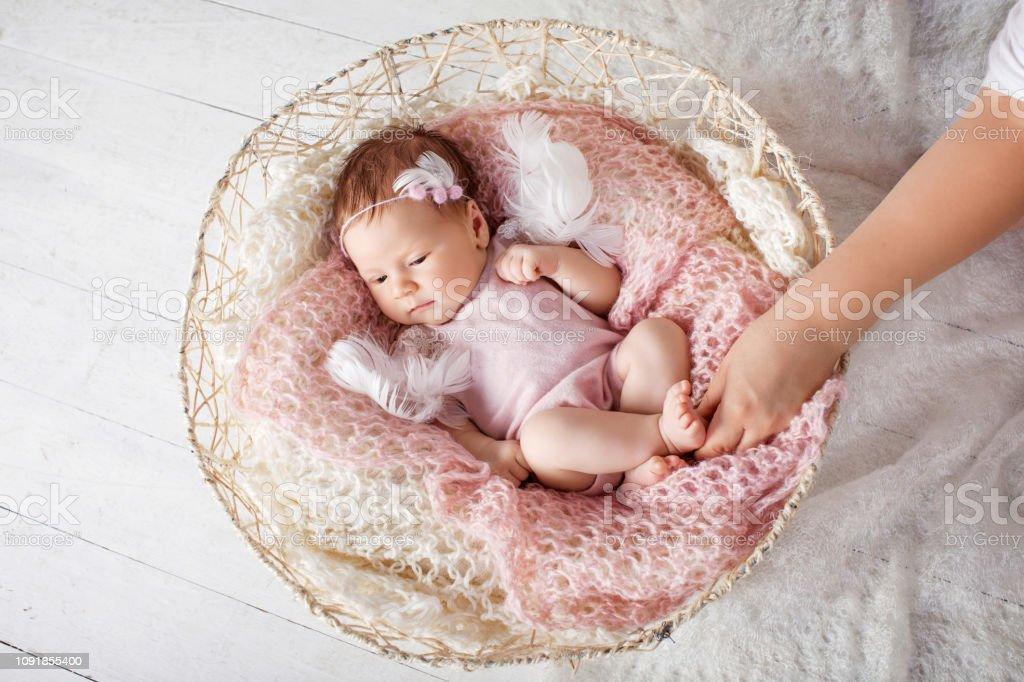 Canasta De Recien Nacido.Dulce Bebe Recien Nacido Duerme En La Canasta Foto De Stock Y Mas Banco De Imagenes De Bebe