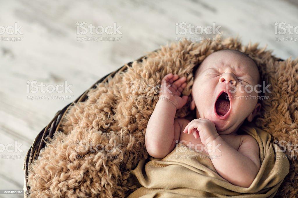 Süßes Neugeborenes Baby gähnt – Foto