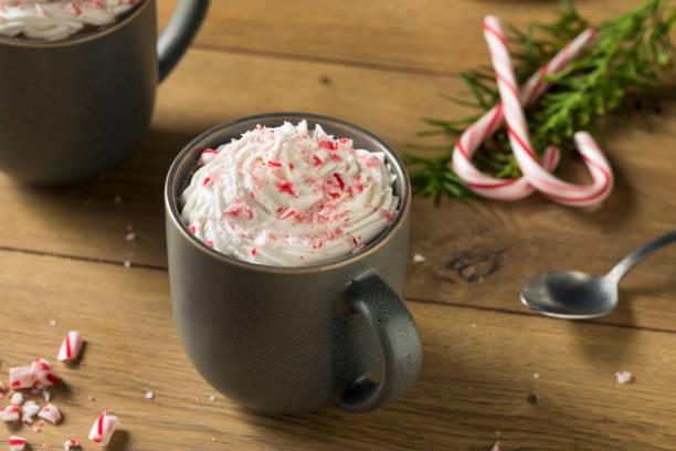 süße pfefferminze heißen kaffee - mocca stock-fotos und bilder