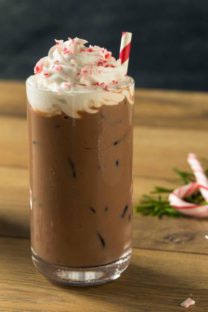 süße pfefferminze eiskaffee - pfefferminzschokolade stock-fotos und bilder
