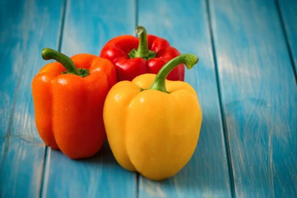 藍木餐桌上的甜椒 - 椒類 個照片及圖片檔