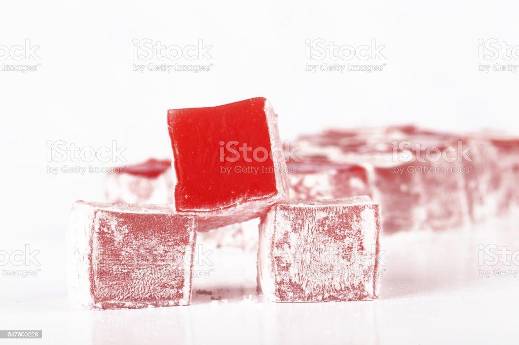 Sweet piezas de delicia turca sobre fondo blanco - foto de stock
