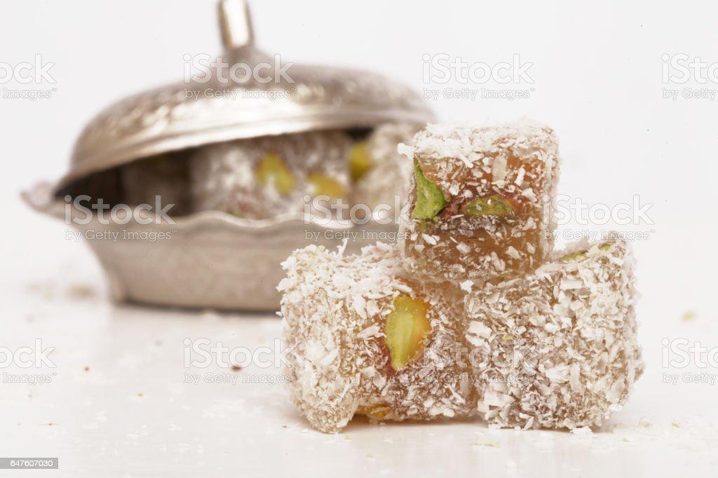 Dulce pedazos de delicias turcas en fondo blanco - foto de stock