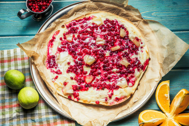 süße pizza mit beeren auf hölzernen hintergrund - himbeer mascarpone dessert stock-fotos und bilder