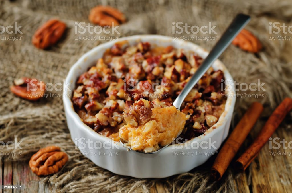 Sweet potato banana baked oatmeal with pecan crumb crust - fotografia de stock