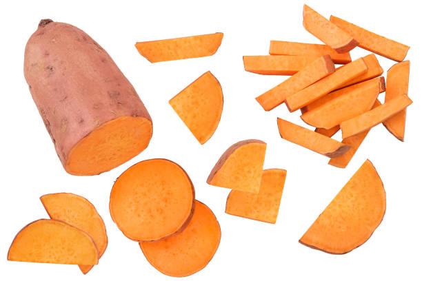 słodkie ziemniaki izolowane na białym tle zbliżenia. widok z góry. płaski lay. - słodki ziemniak zdjęcia i obrazy z banku zdjęć