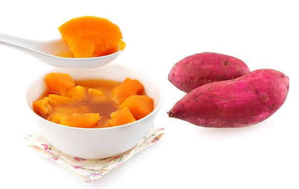 süßkartoffel-suppe. - ingwerwasser zubereiten stock-fotos und bilder