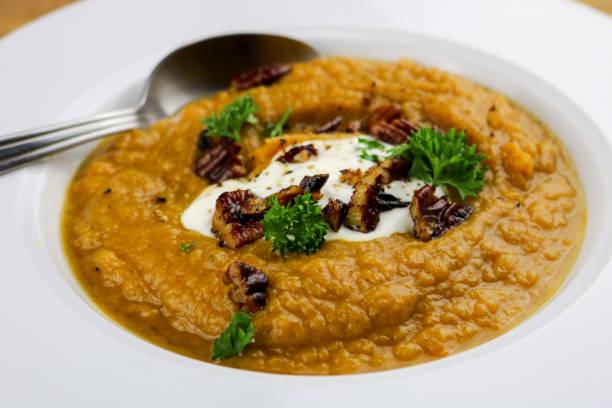 sweet potato soup - zimt pekannüsse stock-fotos und bilder