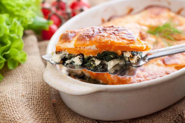 süße kartoffeln, spinat und feta-käse-gratin - ofengemüse mit feta stock-fotos und bilder