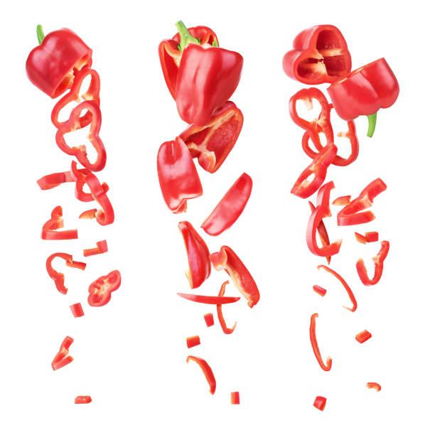 zoete rode peper gesneden en vallen geïsoleerd op een witte achtergrond - paprikapoeder stockfoto's en -beelden
