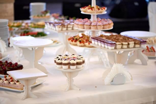süße restaurant catering. candybar mit verschiedenen desserts. - tarte und törtchen stock-fotos und bilder