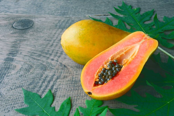 fruta de papaya solo tropical fresca madura dulce. - negras maduras fotografías e imágenes de stock