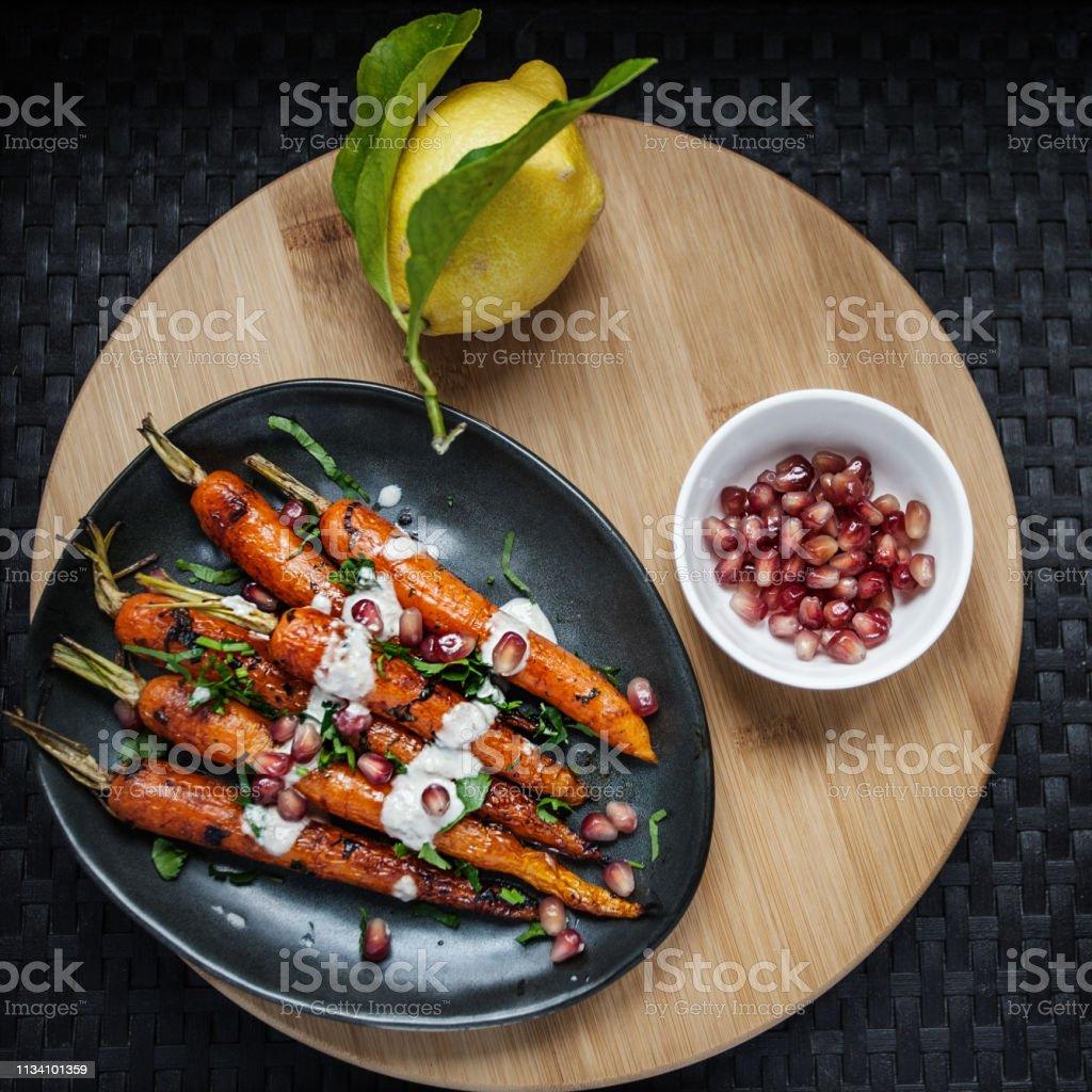 Süße geröstete Karotten mit Tahini-Sauce, Granatapfel – Foto