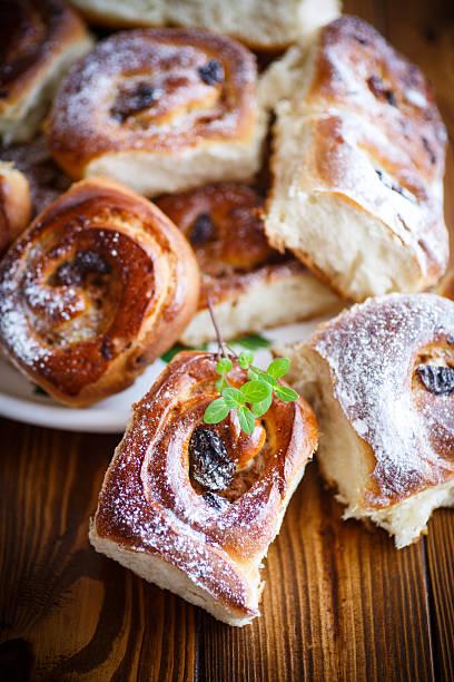 süße frühlingsrollen mit rosinen  - quittenkuchen stock-fotos und bilder