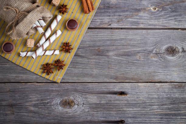 süße waffeln, brötchen, karamell bonbons und zucker. ansicht von oben - zimt waffeln stock-fotos und bilder