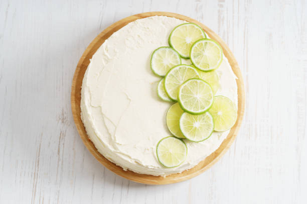 sweet white buttercream cake with sliced lime on top – Foto