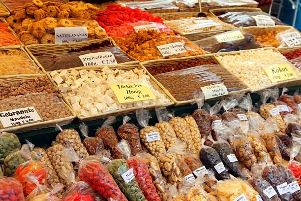 süßigkeiten und nüssen - naschmarkt stock-fotos und bilder