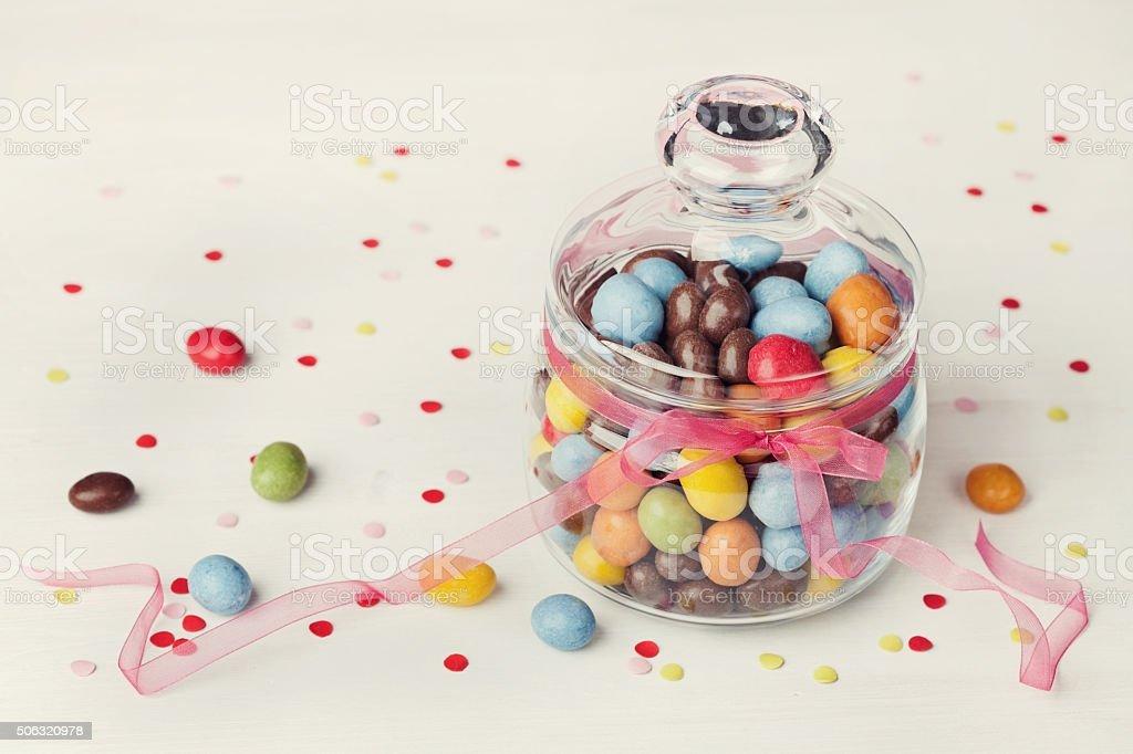Süßigkeiten oder Süßigkeiten in Krug mit Konfetti, Urlaub Konzept – Foto