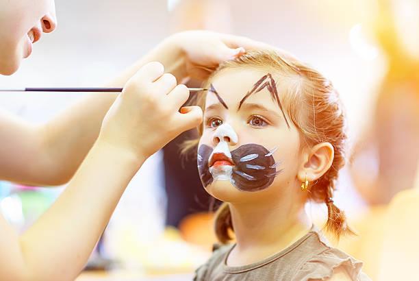 sweety maquillage traditionnel du visage - imitant un animal photos et images de collection