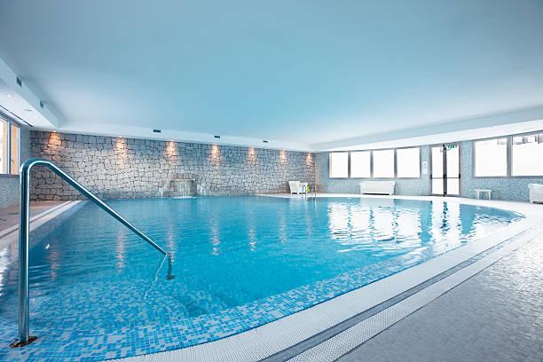 privatem swimmingpool - indoor wasserbrunnen stock-fotos und bilder