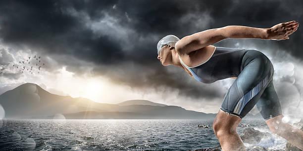 Nadador aproximadamente a bucear en el mar - foto de stock