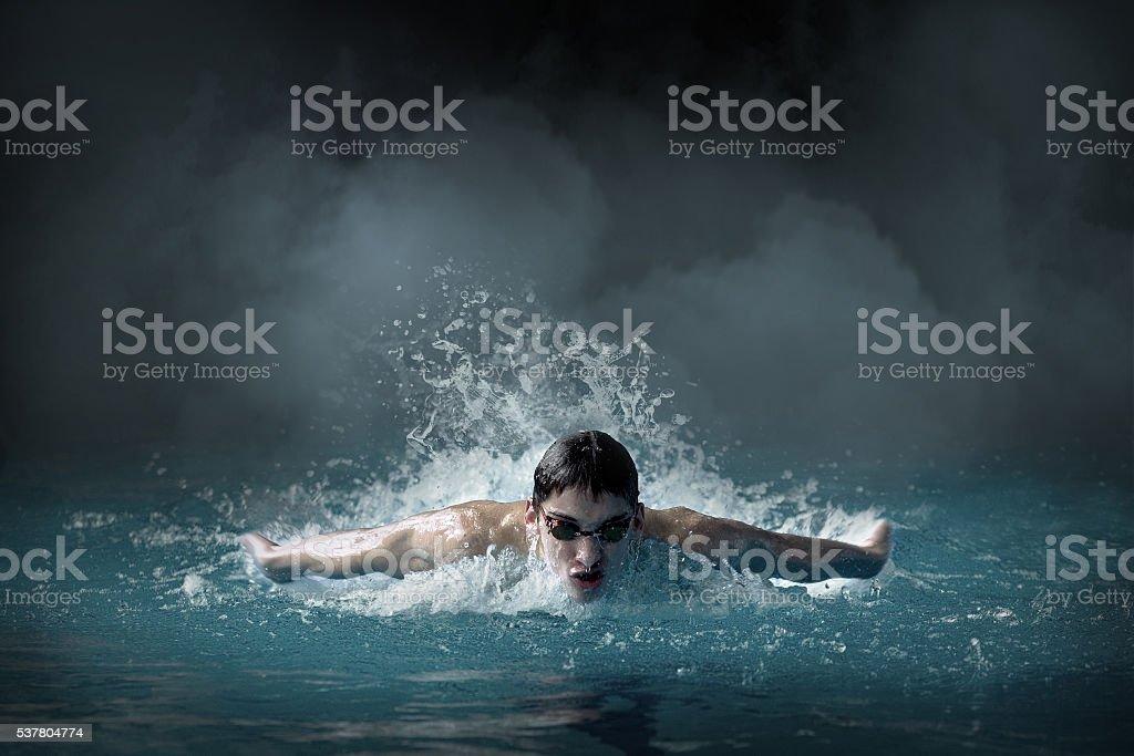 Schwimmer in waterpool. Schmetterling-Stil – Foto