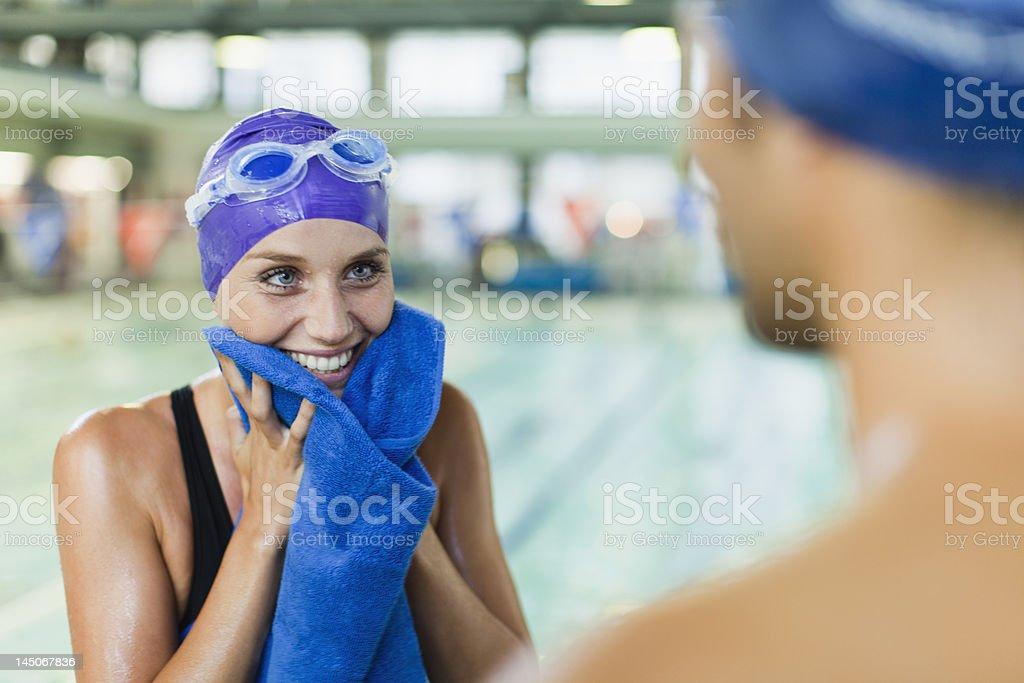 Schwimmer-Handtuchstoff auf Ihr Gesicht mit pool - Lizenzfrei 25-29 Jahre Stock-Foto