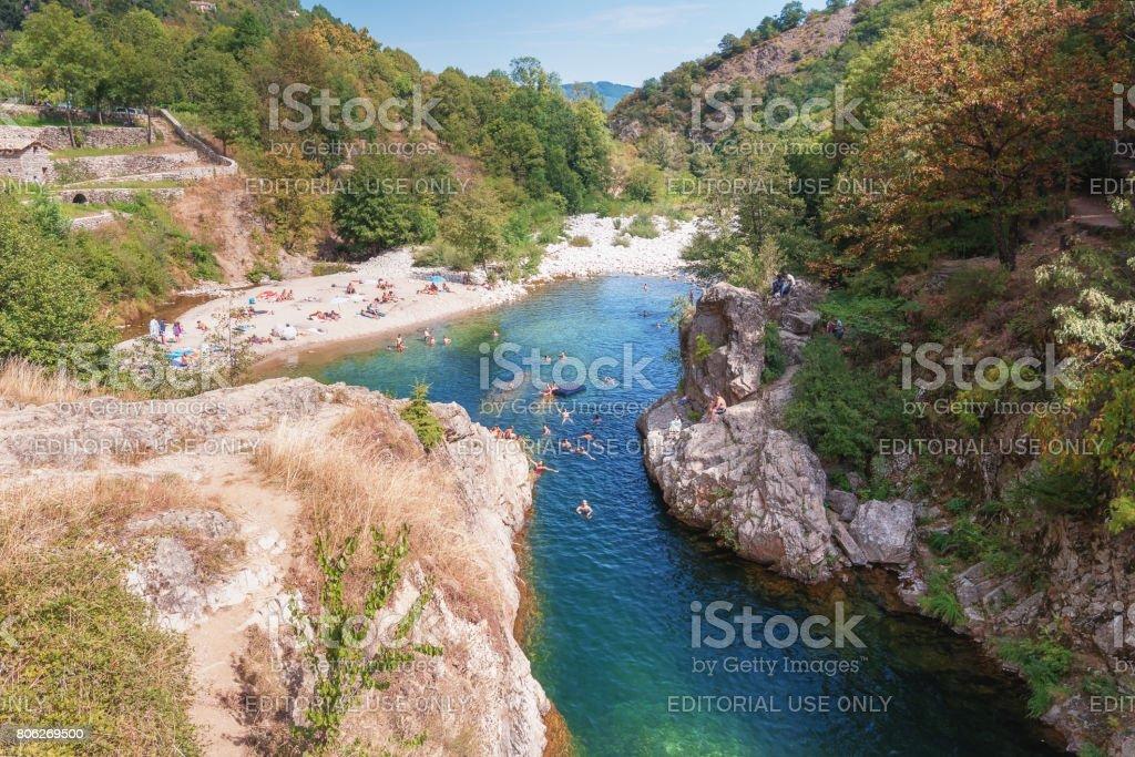 les nageurs dans la rivière Ardèche près du pont du diable s - Photo